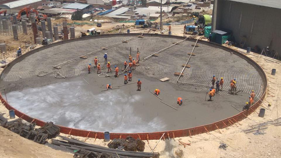 Construcción placa circular de cimentación, al fondo columnas para estructura de apoyo del otro tanque