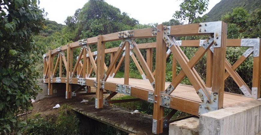 2 Puente en madera, en la parte inferior se observa el paso peatonal que se tenía anteriormente